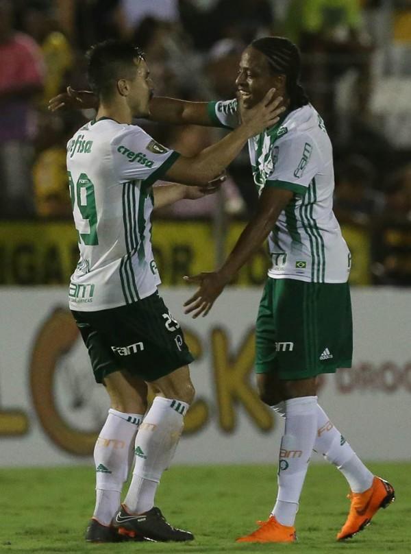 Keno e Willian comemorando gol