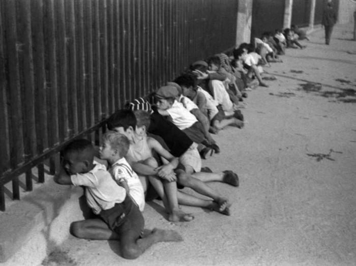 Crianças ao lado de fora do Pacaembu em 1941. Foto Alice Brill